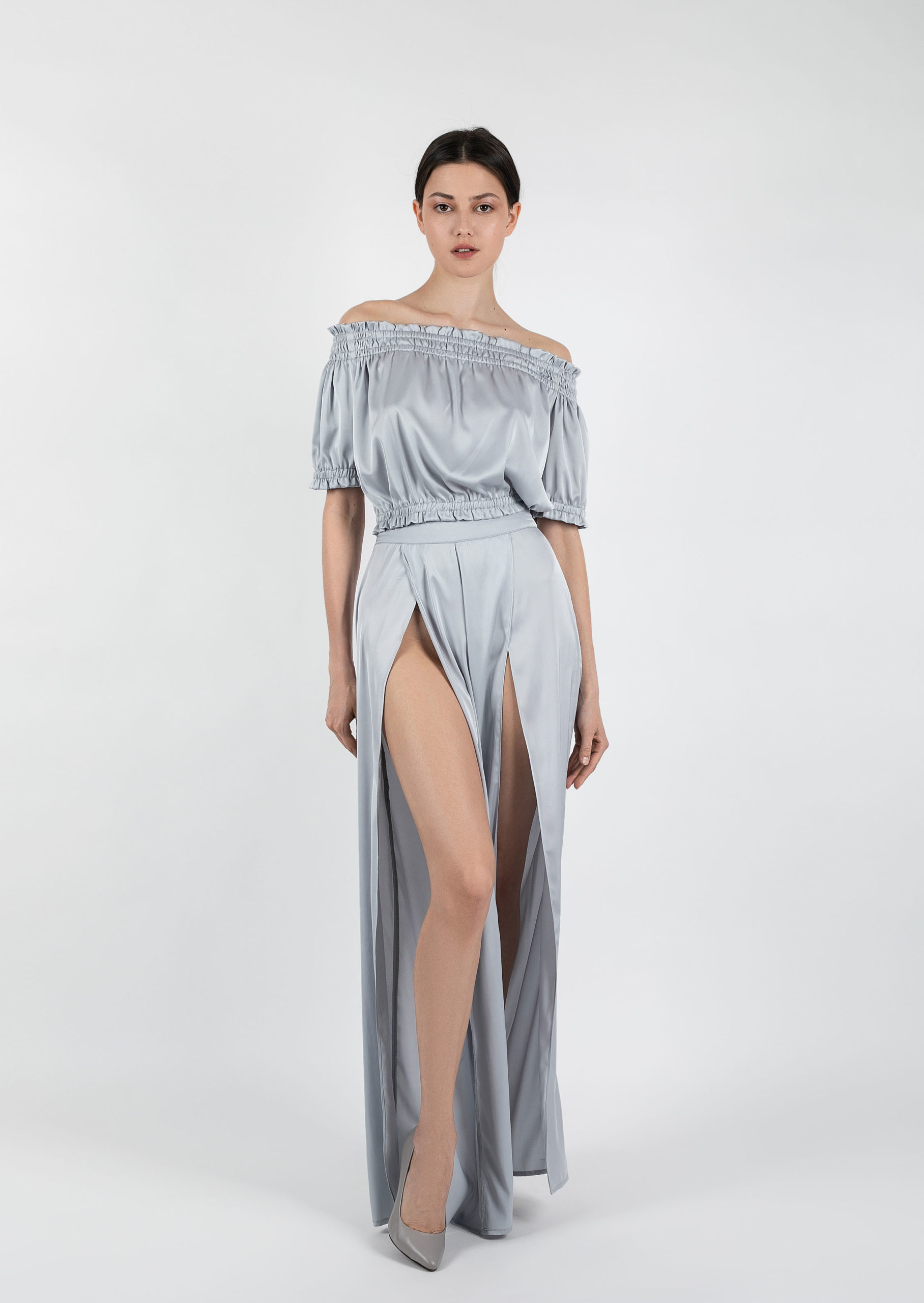 Iced coffee set / silver satin elegant evening set / grey sexy eveningwear with pants with deep slits / open off-the-shoulder evening wear